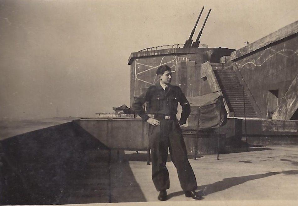 Flakturm Humboldthain mit Luftwaffenhelfer, 1943